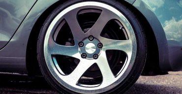 Carro prata com rodas de liga leve