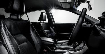 Forro de couro nos bancos do carro na cor preta