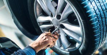 Na imagem vemos uma manutenção. Saiba qual a diferença dos pneus 4x4 On Road e Off Road!