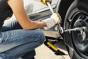 Vemos um profissional que sabe como trocar pneu.