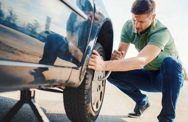 Vemos uma pessoa que sabe como trocar pneu. Saiba também!
