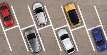 imagem de cinco carros no estacionamento um de cada cor representando o envelopamento de teto automotivo