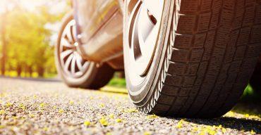 carro estacionado e estabilizado representa os modelos de pneus para carros de passeio